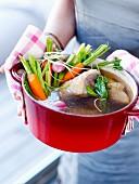 Rindfleisch mit Gemüse im Schmortopf