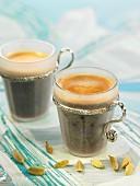 Zwei Tassen arabischer Mokka mit Kardamom
