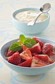 Strawberries with pepper and vanilla-flavored syrup and mascarpone