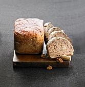 Brot mit roter Bete und Brot mit Wein und Walnüssen