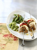 Beef skewers with sesame seeds and green beans