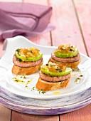 Mini-Burger mit Baguettebrot, Avocado und Zwiebelconfit