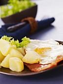Taillous (Kartoffeln mit Spiegelei, Schinken und Salat)