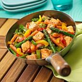 Lachs mit Gemüse und Sesam aus dem Wok