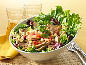 Exotischer Salat mit Hähnchenbrust