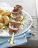 Kidney brochette with crushed garlic and parsley sauce