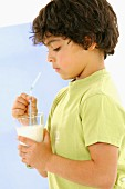 Junge trinkt ein Glas Milch