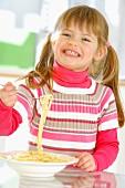 Kleines Mädchen isst Spaghetti
