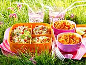 Picknick mit Couscous- und Möhrensalat