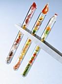 Reagenzgläser mit verschiedenen Lebensmittelgruppen