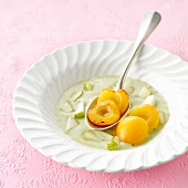 Kiwi and pear soup with apricots