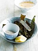 Frittierte Nori-Algen mit Salz und Zitrone