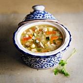 Chorba-Suppe mit Gemüse und Fleisch
