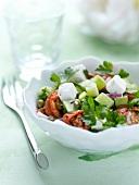 Griechischer Salat mit Tomaten, Gurke, Feta, Kapern und Petersilie