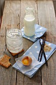 Zutaten für Creme Brulée und leere Gläschen