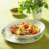 Linguine with basil and tomatoes