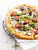 Pizza mit Ricotta und Tomaten