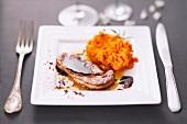Gebratenes Foie-Gras-Schnitzel mit Schokoladensauce und Süsskartoffelpüree