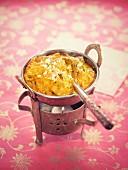 Vegetable Korma (Gemüseeintopf mit Karotten, Zucchini, Blumenkohl, Paprika und Erbsen, Indien)