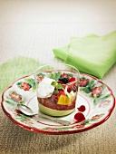 Shiso-Kirschcreme-Verrine mit frischen Früchten und Himbeersirup