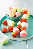 Süsse Spiesse mit Marshmallows und Erdbeeren