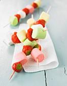 Bunte Marshmallow-Erdbeer-Spiesse