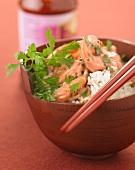 Grünes Garnelencurry auf Reis in einem Schälchen