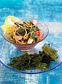 Algensalat mit Wakame, Tofu, Karotten, Radieschen und Tomaten