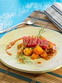 Kartoffel-Marmitako mit Thunfisch-Sashimi und Tomatensauce