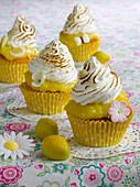 Cupcakes mit Zitronentopping und Baiserhäubchen