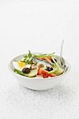 Salade niçoise in weisser Schale