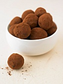 Schokoladentrüffel in Porzellanschälchen