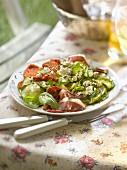 Salat mit roher Zucchini, Ricotta, Basilikum, geräucherter Entenbrust und eingelegten Tomaten