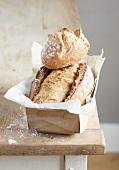 Laib Brot mit Brötchen auf der Arbeitsfläche