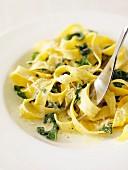 Tagliatelle mit Spinat und geriebenem Käse