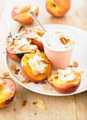 Gegrillte Pfirsiche mit Crème fraîche und Mandeln