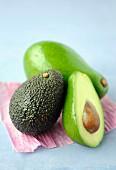 Avocado, ganz und halbiert