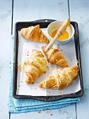 Buttercroissants und Käsecroissants