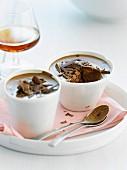 Schokoladenmousse in weissen Tassen