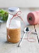 Schalottenvinaigrette in einer beschrifteten Flasche