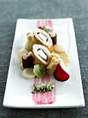 Perlhuhnröllchen mit Rübengemüse in zwei Farben