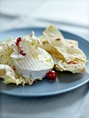 Goat's cheese with redcurrants and spicy crisp bread