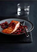 Rosa gebratener Lachs mit Confit von roten Zwiebeln