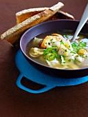 Brühe mit Pilz-Kastanien-Ravioli