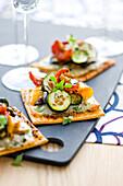 Gebackene Teigschnitten mit gegrilltem Gemüse und Ziegenkäse