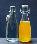 Eine leere und eine gefüllte Sirupflasche