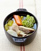 Pot-au-feu de canard (Eintopf mit Gemüse und Entenkeulen)