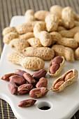 Erdnüsse geschält und ungeschält
