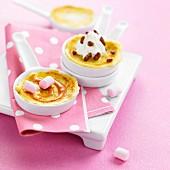 Mini-Crepes mit Karamell-Marshmallow und Schlagsahne mit gebrannten Mandeln