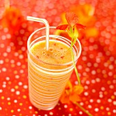 Smoothie mit Orange, Karotten und Kapuzinerkresse